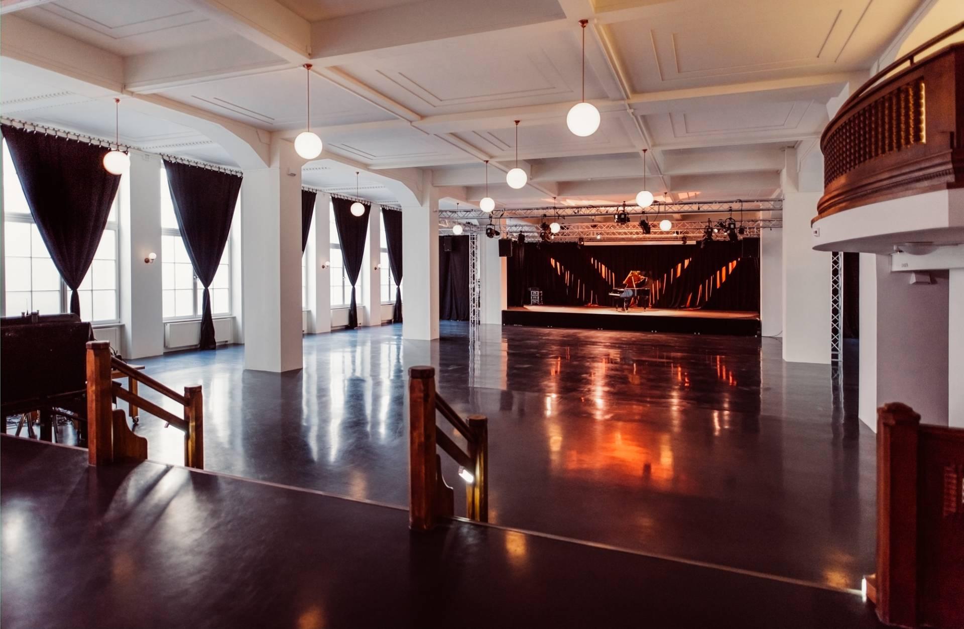 Blick vom kleinen Saal in den großen mit angeschnittener Empore.