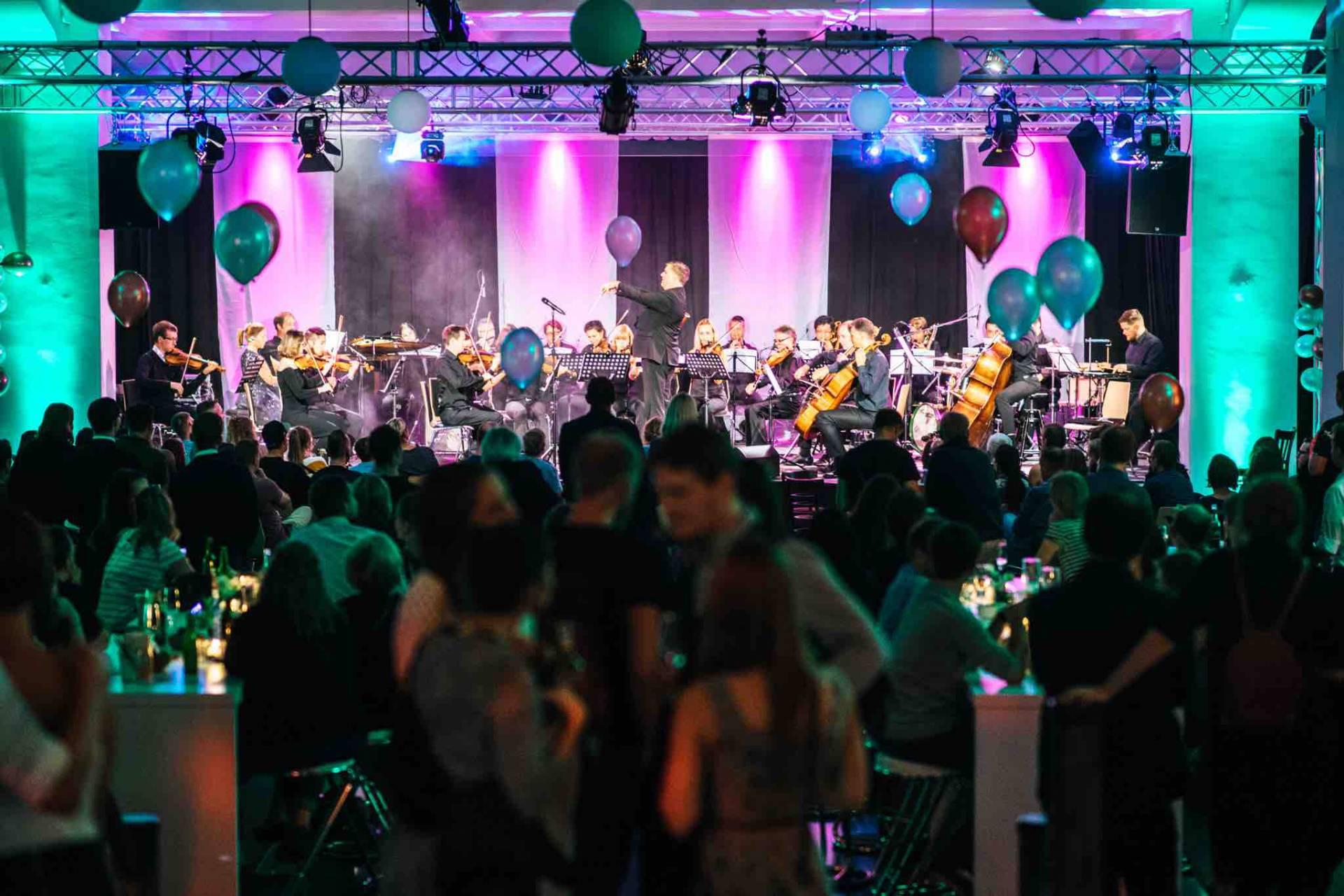 Ein komplettes Orchester auf der großen Bühne.