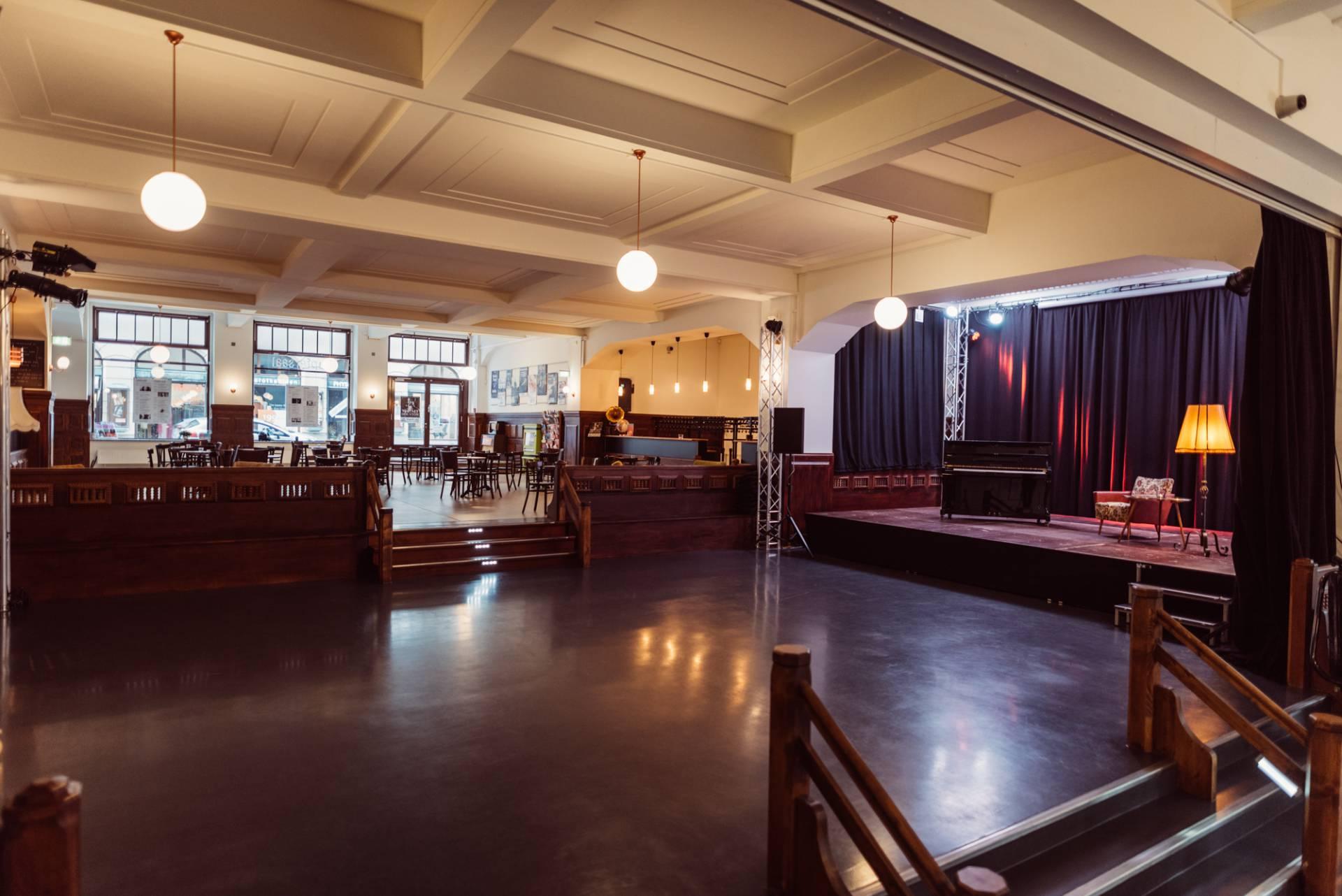 Kleiner Saal leer, Blick vom großen Saal, Rechts der Vorhang zur Separation beider Räume (Konrad Stöhr)