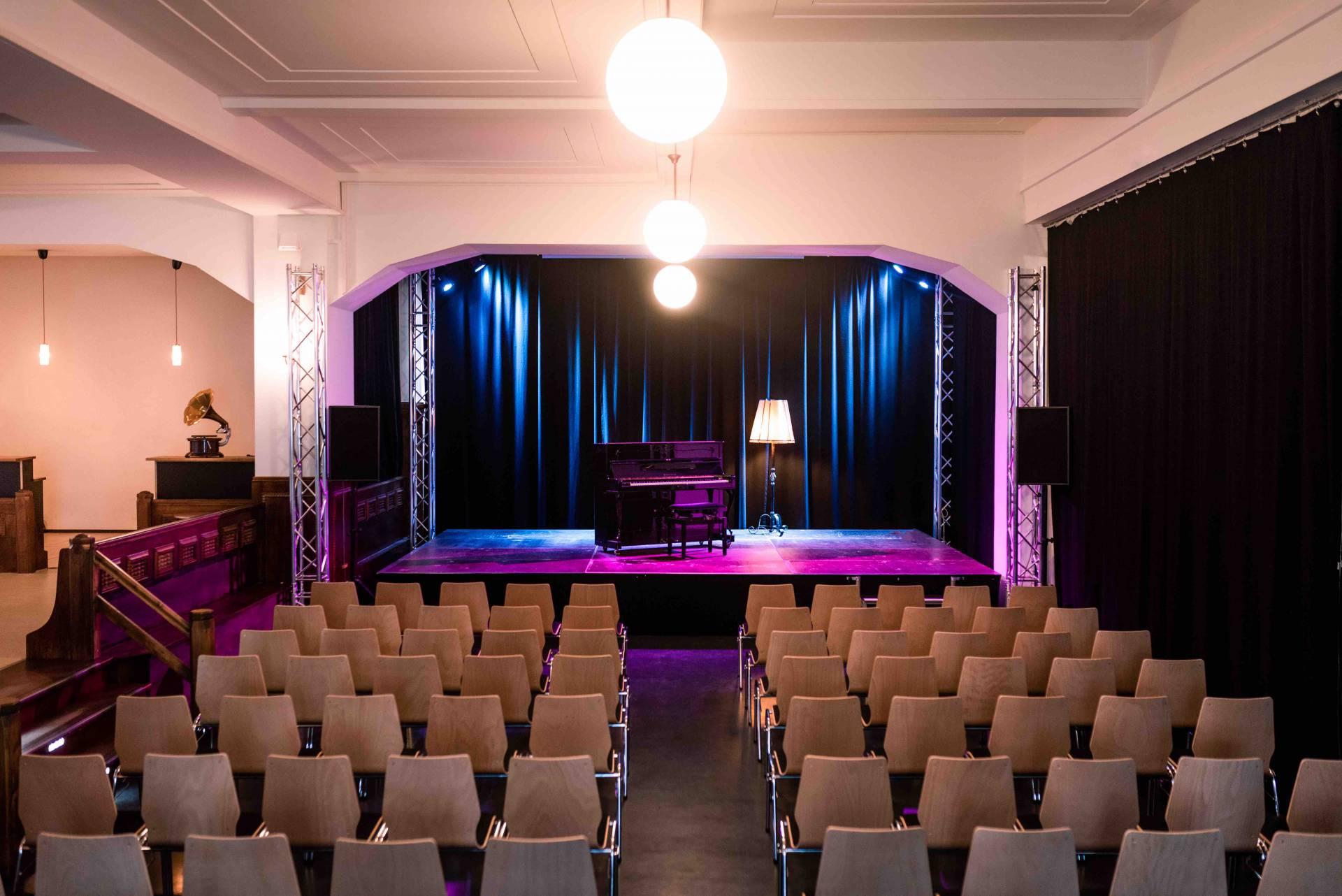 Die kleine Bühne mit Theaterbestuhlung (Konrad Stöhr)
