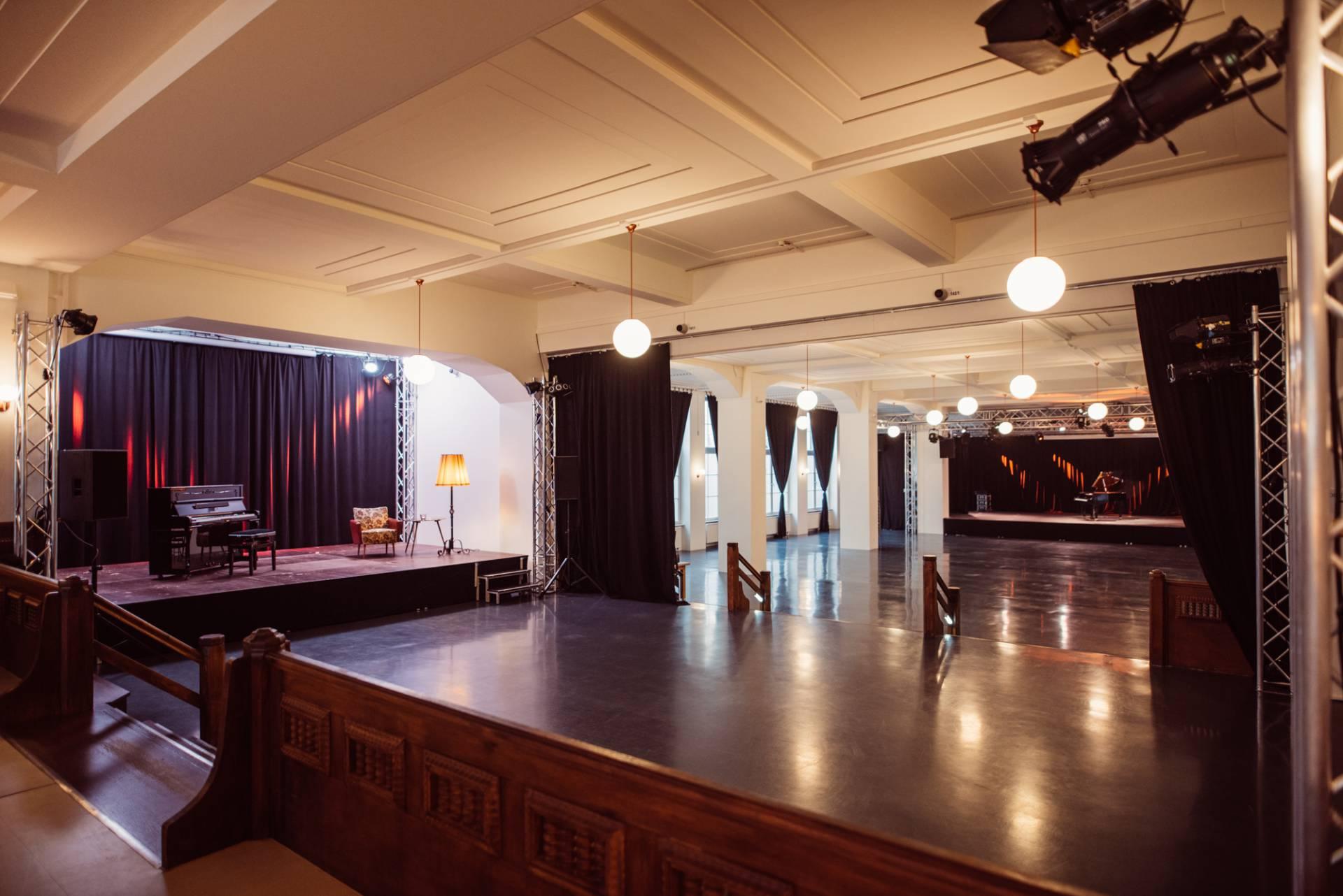 1000 Quadratmeter Fläche (1000 Quadratmeter Fläche, Blick auf Bühnen)